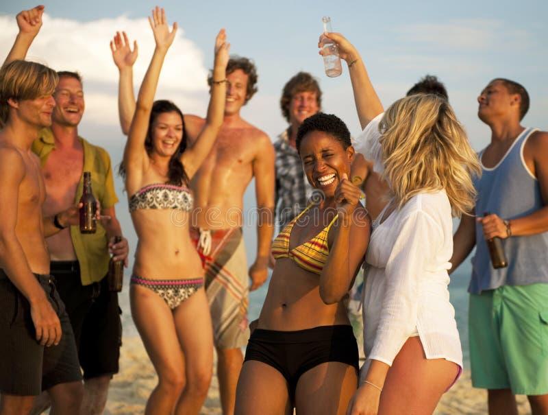 Sourire de célébration de personnes de partie de plage photo stock