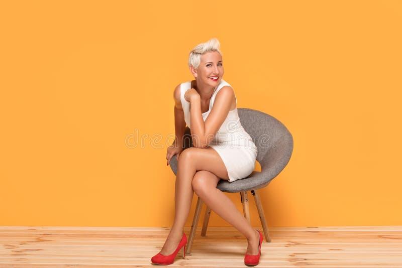 Sourire de femme âgé beau par milieu, détendant images stock