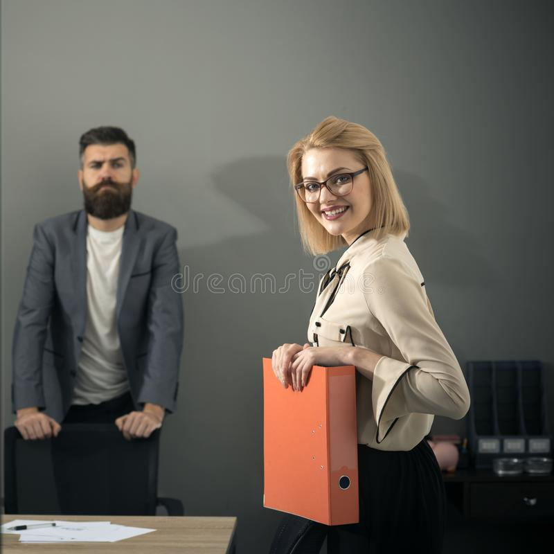 Sourire de femme d'affaires avec l'homme barbu à l'arrière-plan de bureau La femme d'affaires ont des écritures avant affaire photo libre de droits