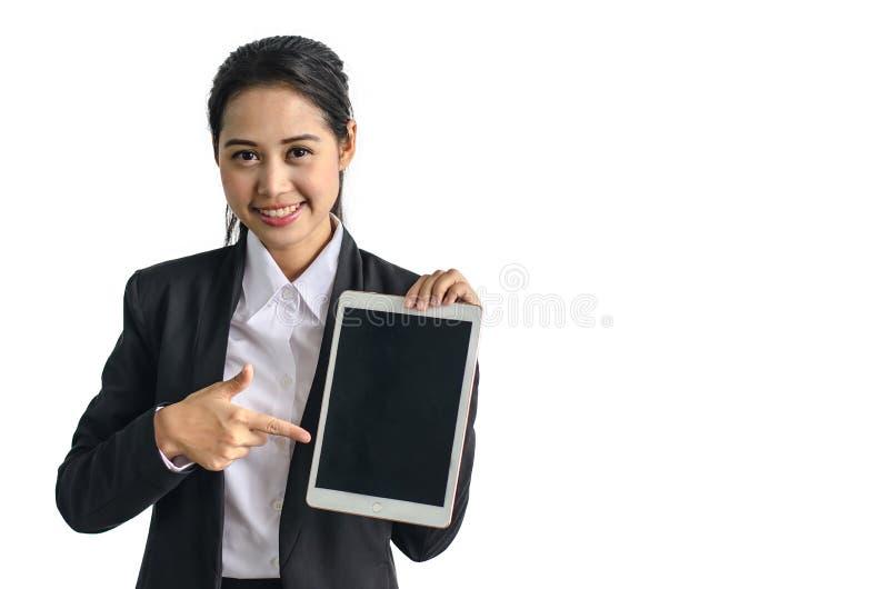 Sourire de femme d'affaires dans le costume formel tenant le taplet sur le fond blanc image stock