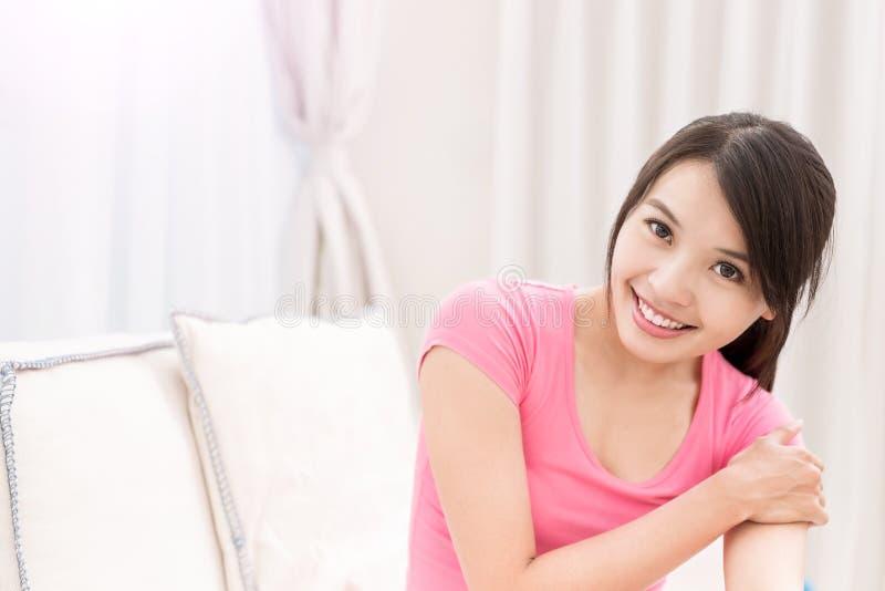 Sourire de femme heureusement images libres de droits