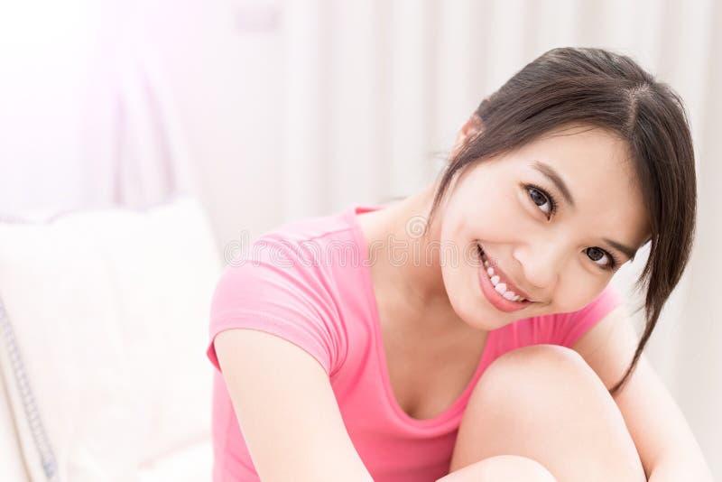 Sourire de femme heureusement photos libres de droits