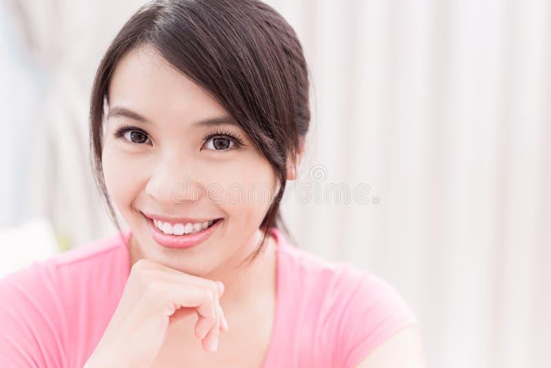 Sourire de femme heureusement image stock