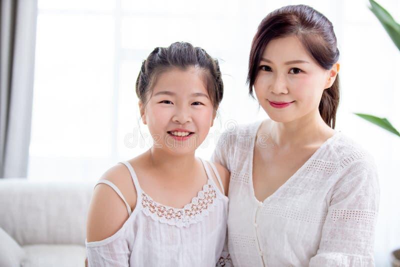 Sourire de fille et de mère photographie stock libre de droits