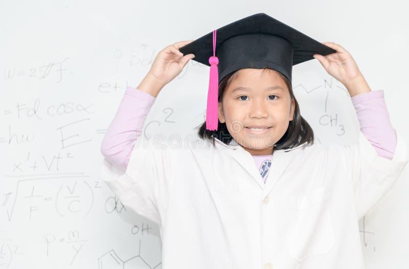Sourire de fille de scientifique sur le borad blanc images stock