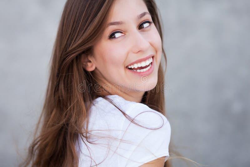 Sourire de jeune femme photo stock