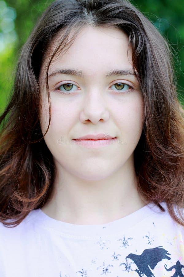 sourire de jeunes femmes photos stock