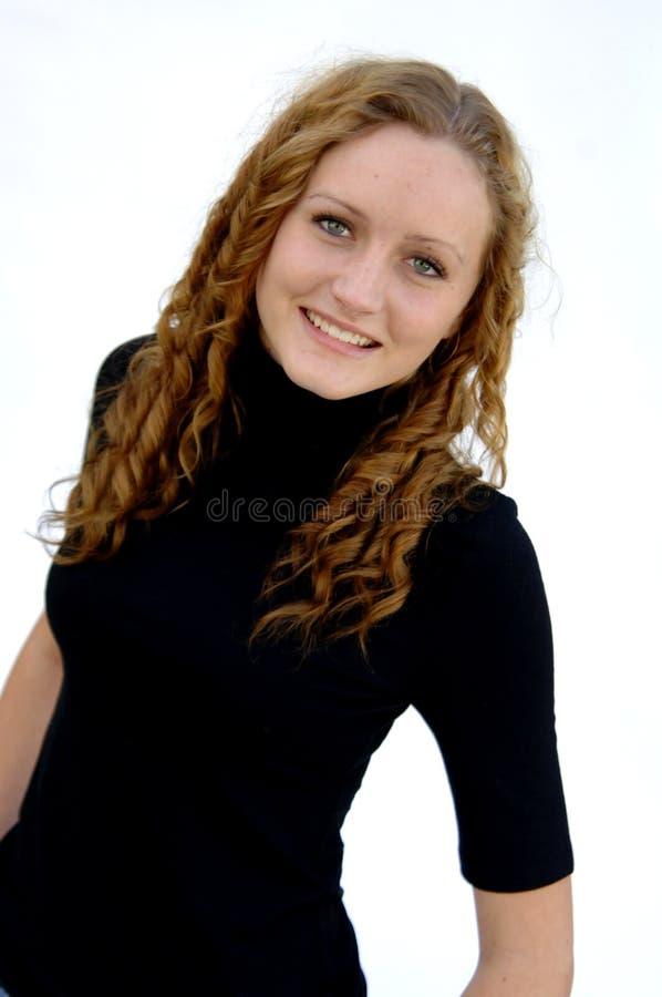 Sourire de l'adolescence avec le cheveu bouclé photographie stock libre de droits