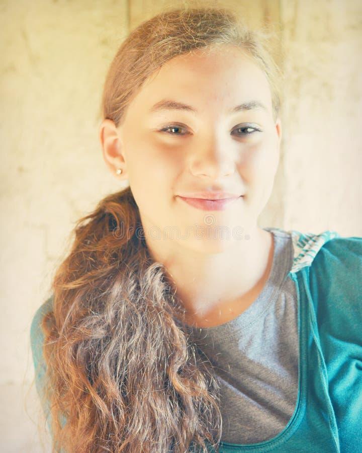 Sourire de l'adolescence de fille images libres de droits
