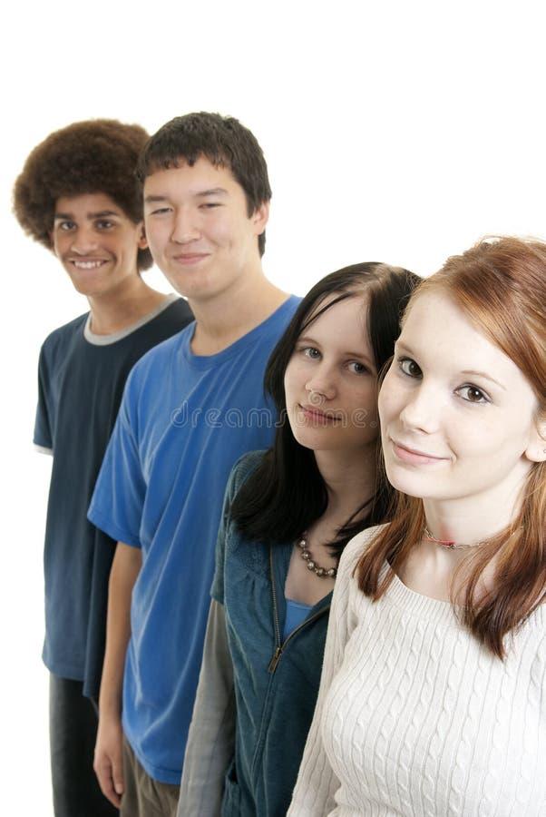 Sourire de l'adolescence ethnique d'amis image stock