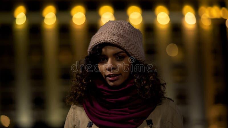 Sourire de l'adolescence multi-ethnique de modèle, posant pour la caméra vidéo d'amis, ville de nuit photo libre de droits