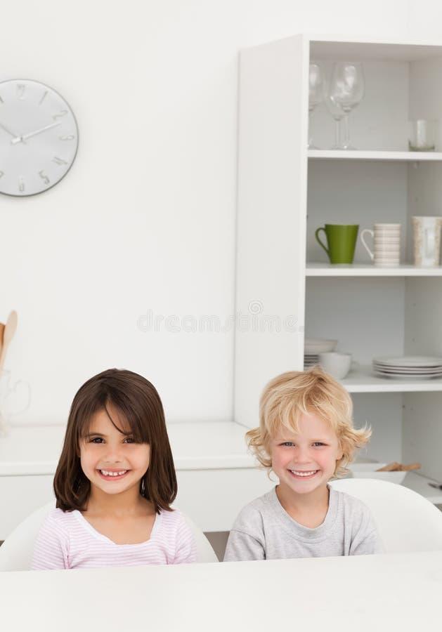 Sourire de petit frère et de soeur photos stock