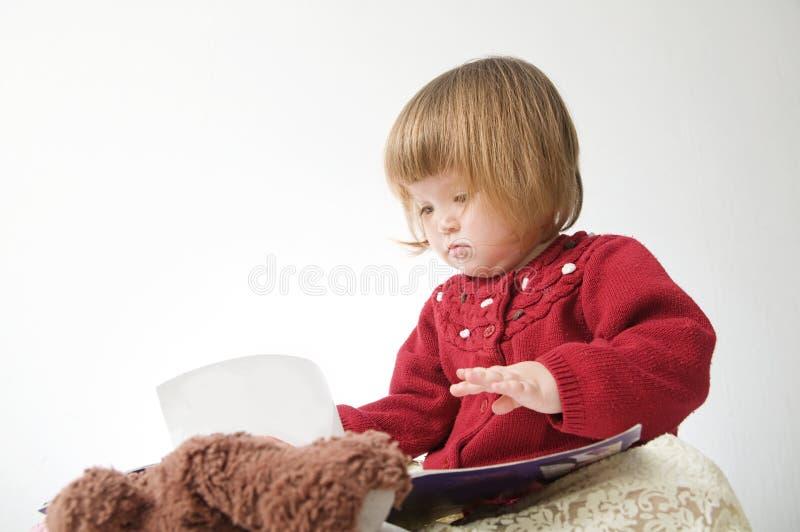 Sourire de petite fille heureux b?b? caucasien mignon avec l'ours et poup?e d'isolement sur le fond blanc images libres de droits