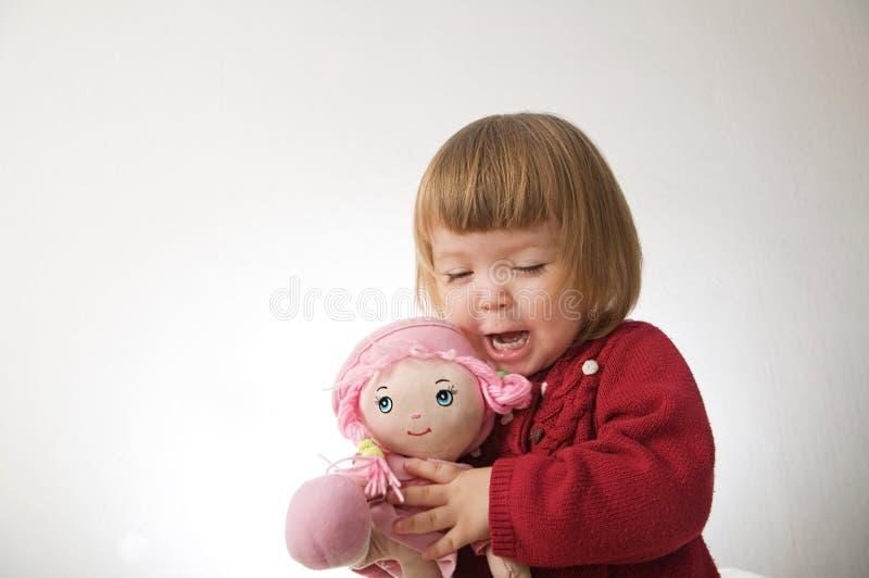 Sourire de petite fille heureux b?b? caucasien mignon avec l'ours et poup?e d'isolement sur le fond blanc photos libres de droits