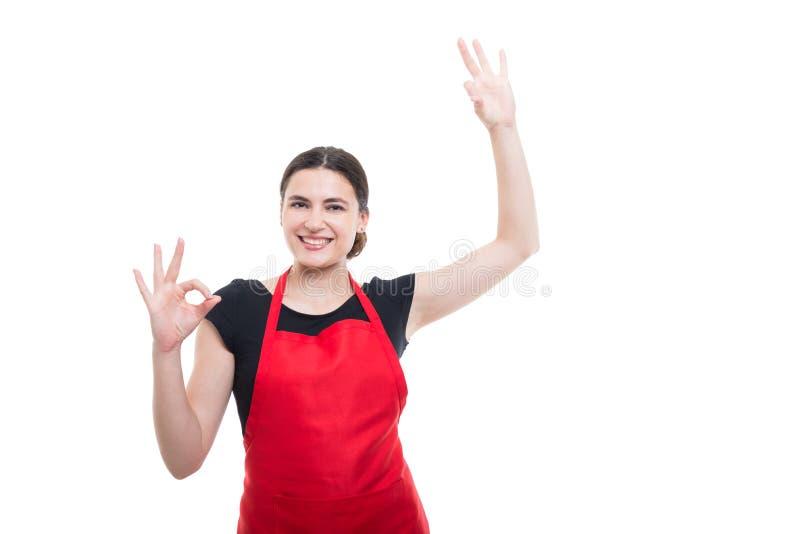 Sourire de vendeur d'hypermarché excité sur le fond blanc photographie stock libre de droits