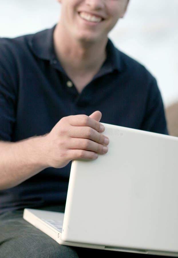 Sourire et ordinateur portatif image libre de droits