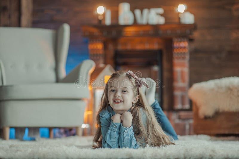 Sourire et petite fille heureuse image libre de droits