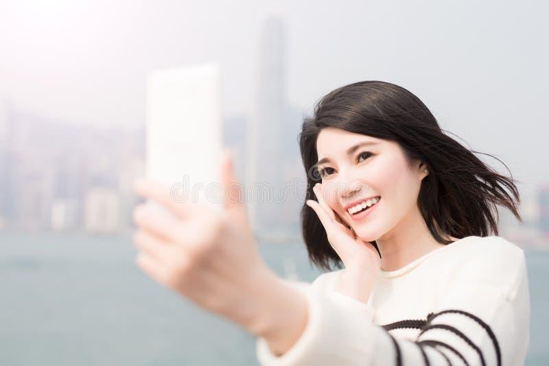 Sourire et selfie de femme de beauté photographie stock
