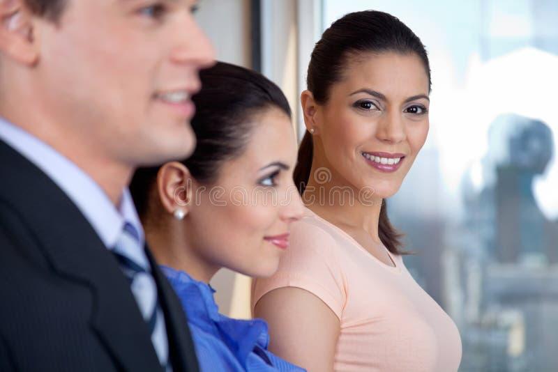 Sourire exécutif femelle attrayant photographie stock libre de droits