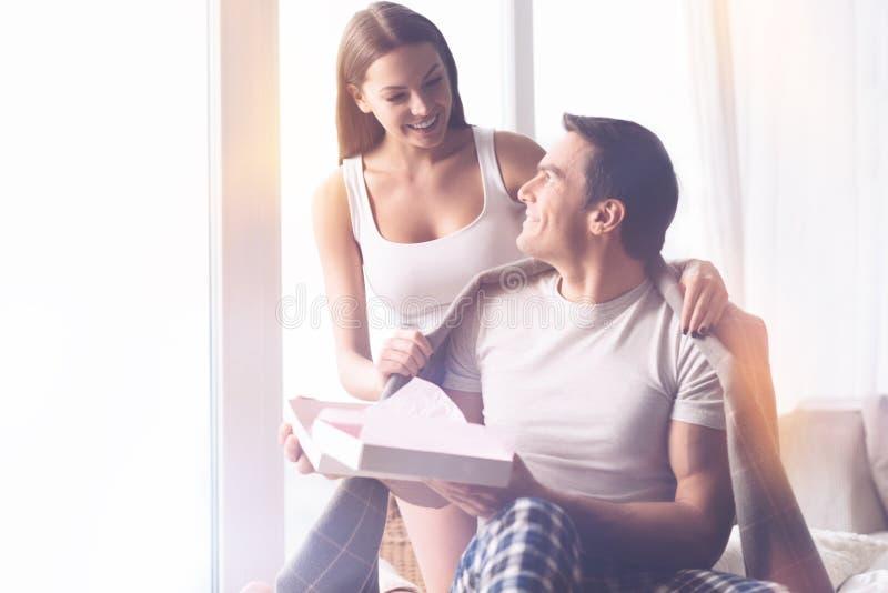 Sourire femelle mettant ses mains sur l'épaule de l'ami image libre de droits