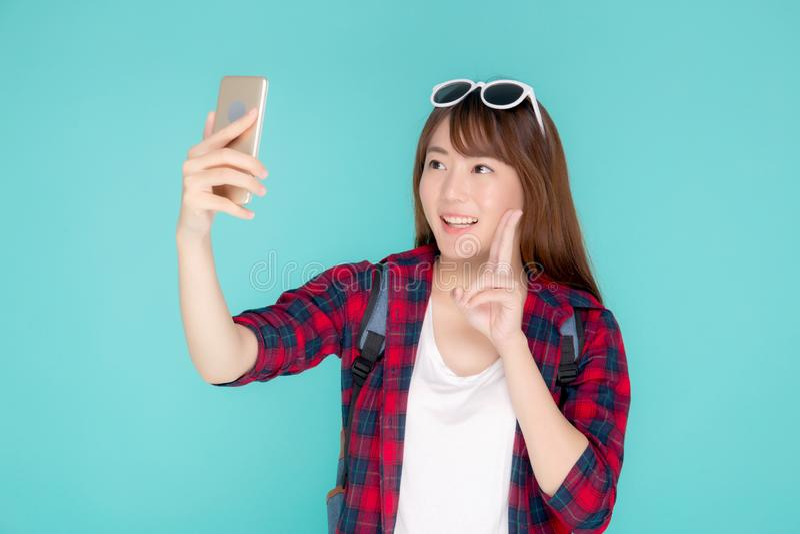 Sourire gai de belle femme asiatique de portrait jeune et prendre le selfie au téléphone portable intelligent images stock
