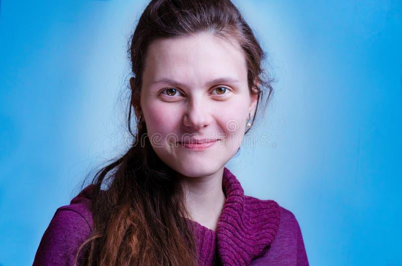 Sourire gai et féminin de femme dans le lilas, chemisier, chandail portrait haut étroit de jeune fille assez caucasienne dans le  image stock