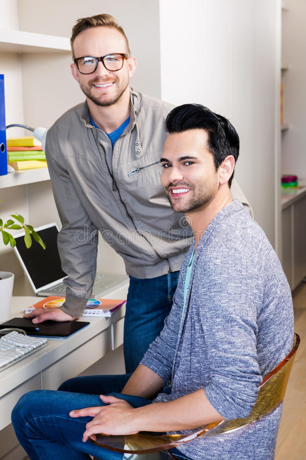 Sourire gai heureux de couples photographie stock libre de droits