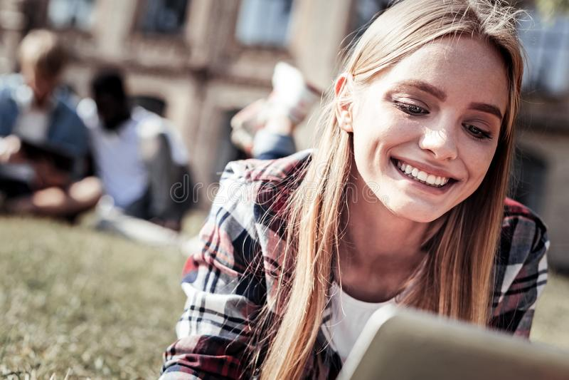 Sourire gentil heureux de femme photographie stock libre de droits