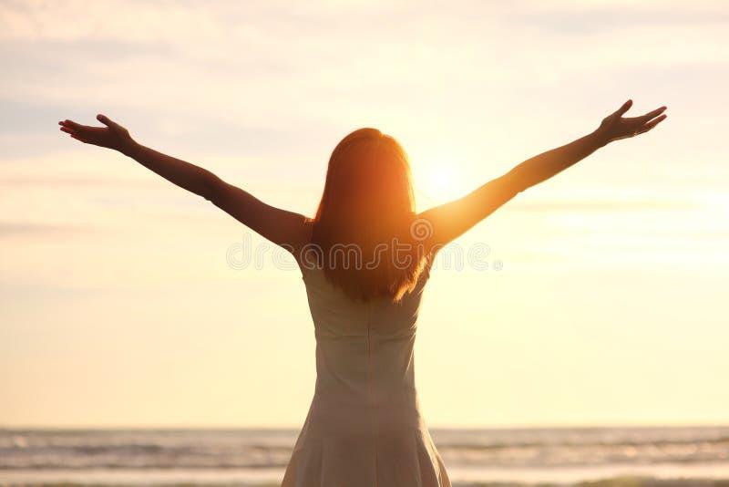 Sourire gratuit et femme heureuse photo stock