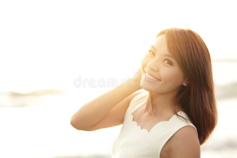 Sourire gratuit et femme heureuse photographie stock