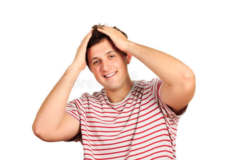 Sourire heureux d'homme bel regardant l'appareil-photo, mains de prise sur la tête, jeune T-shirt d'usage de type Homme émotif d' photos stock
