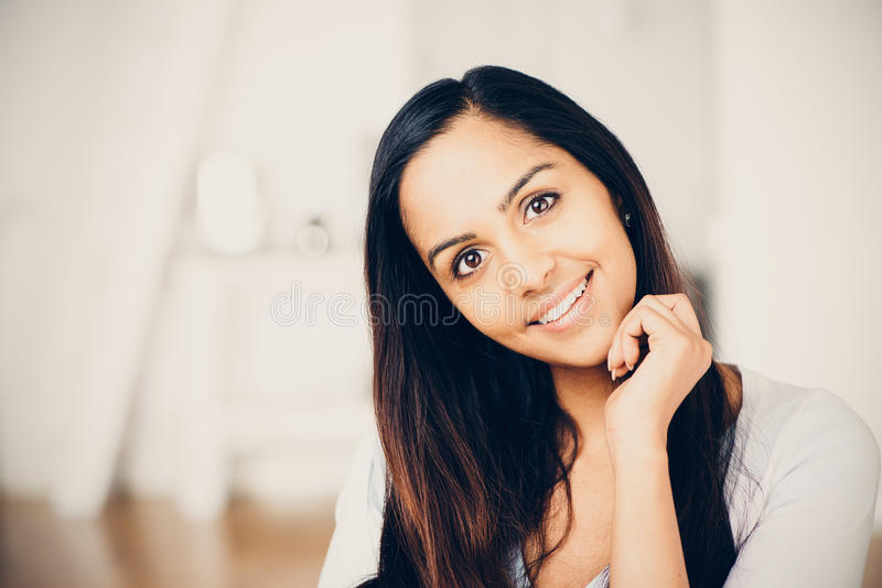 Sourire heureux de beau portrait indien de femme image stock