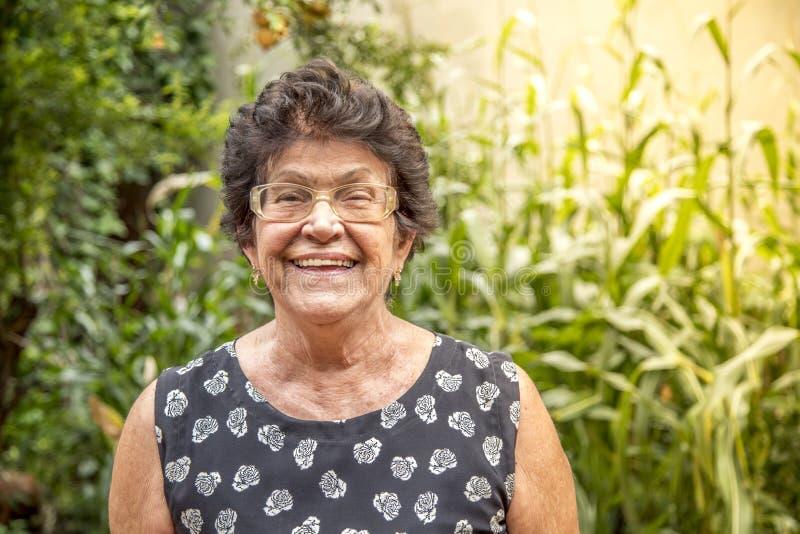 Sourire heureux de dame âgée heureux dans la vieillesse photos stock