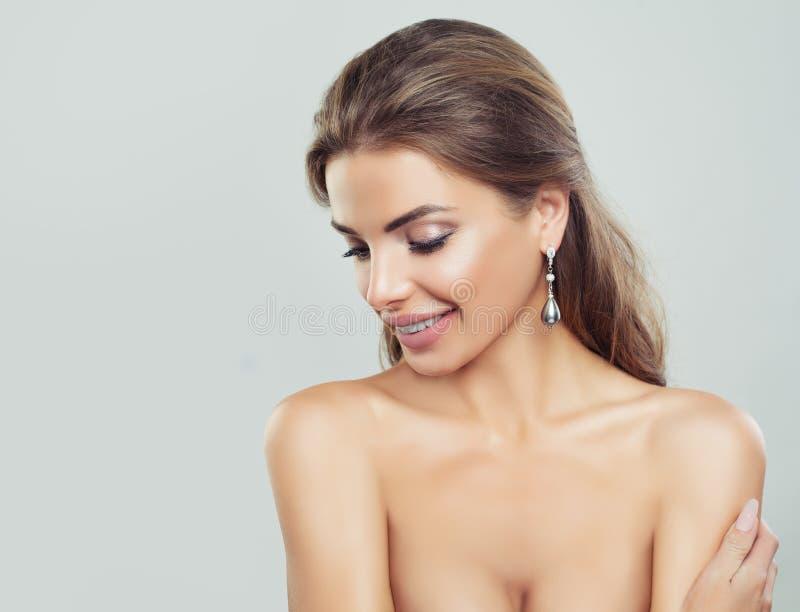 Sourire heureux de femme Beau visage femelle avec le maquillage photos libres de droits