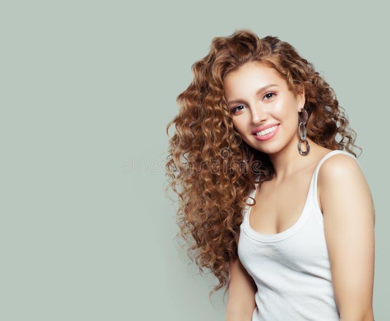 Sourire heureux de jeune femme Fille en portrait blanc de T-shirt photographie stock