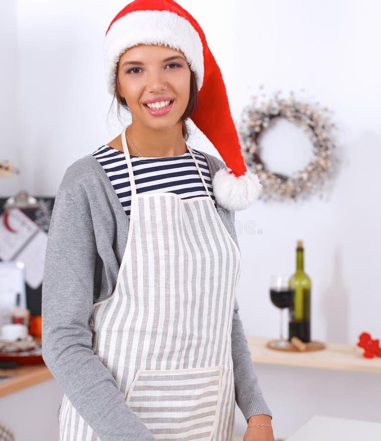 Download Sourire Heureux De Jeune Femme Heureux Ayant L'amusement Avec Des Préparations De Noël Utilisant Le Chapeau De Santa Photo stock - Image du heureux, beau: 87701476