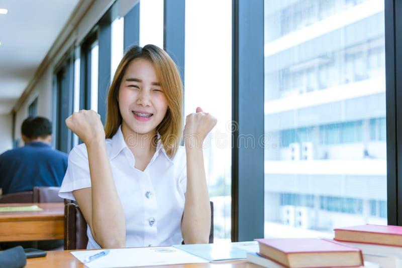 Sourire heureux de l'adolescence d'université heureux après des examens de passage de bonnes nouvelles images libres de droits