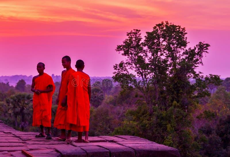 Sourire heureux de moines sur la jungle du Cambodge de crépuscule photos stock