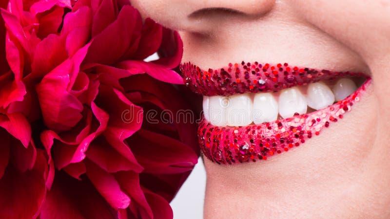 Sourire heureux, dents blanches saines, rire images libres de droits