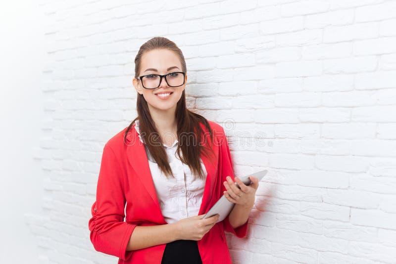 Sourire heureux en verre rouges de veste d'usage de tablette d'utilisation de femme d'affaires photos stock