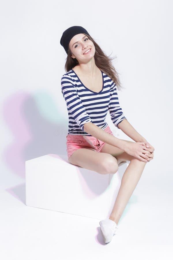 Sourire heureux et Glad Caucasian Slim Brunette Girl posant dans le studio image stock