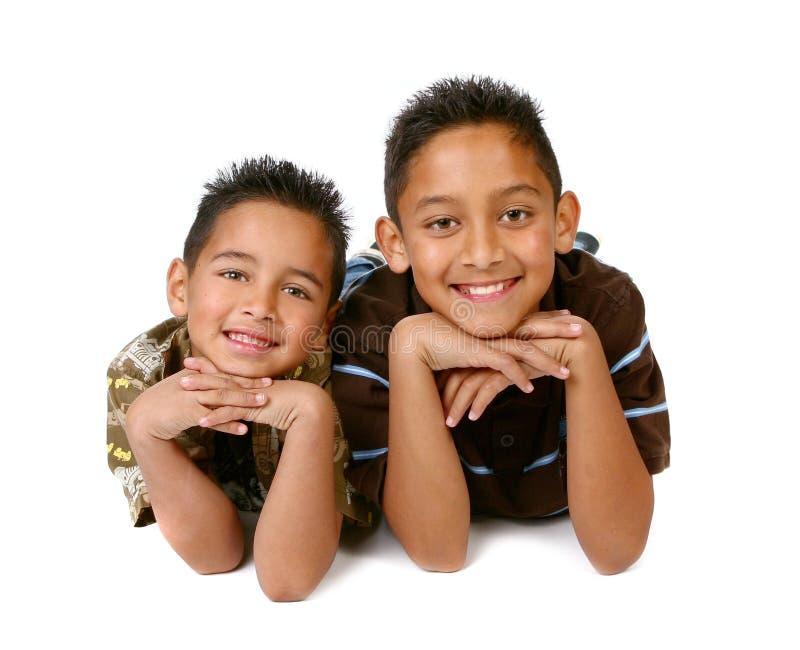 Sourire hispanique de 2 jeunes frères photographie stock libre de droits