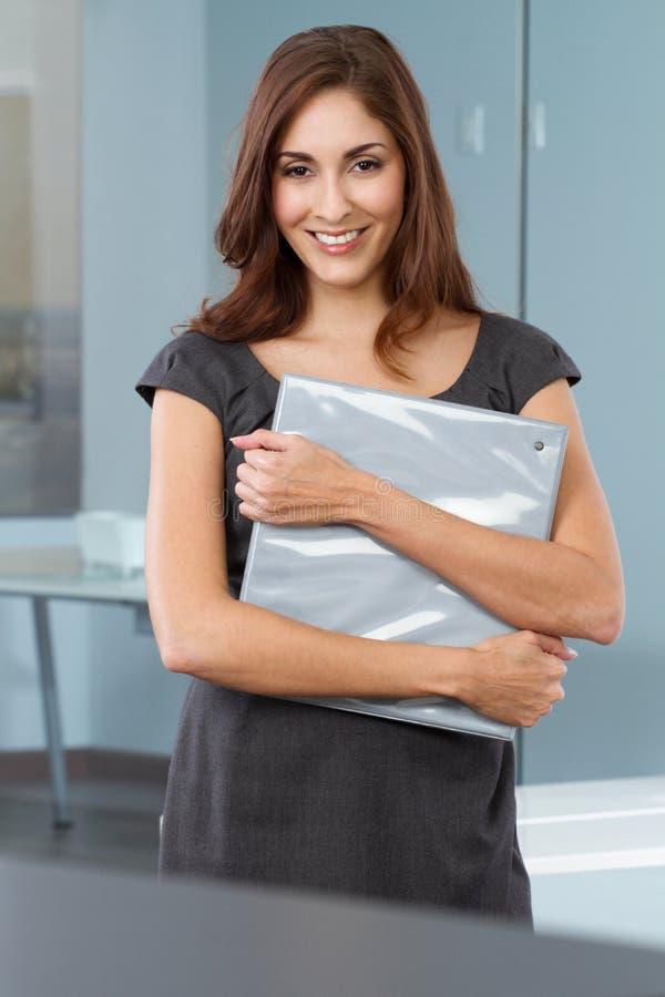Sourire hispanique sûr heureux de femme d'affaires photo libre de droits