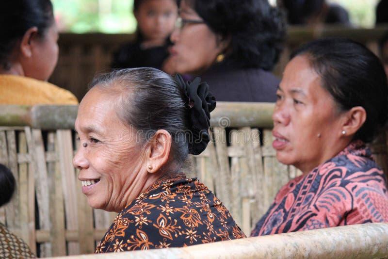 Sourire indonésien supérieur de femme photo stock