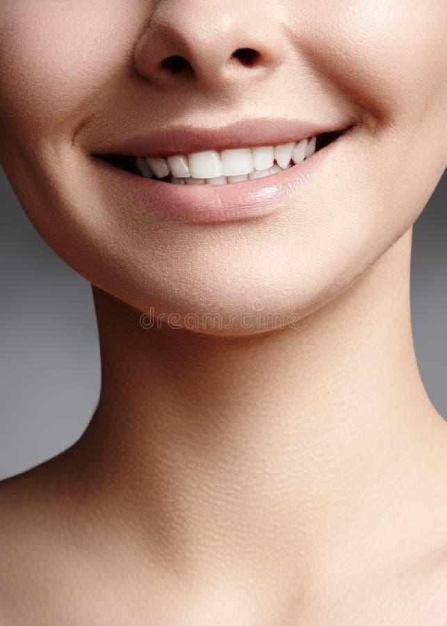Sourire large de jeune belle femme, dents blanches saines parfaites Blanchiment, ortodont, dent de soin et bien-être dentaires photo stock
