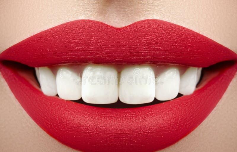 Sourire large de jeune belle femme, dents blanches saines parfaites Blanchiment, ortodont, dent de soin et bien-être dentaires photographie stock libre de droits