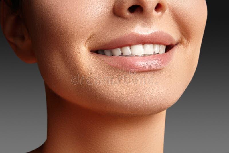 Sourire large de jeune belle femme, dents blanches saines parfaites Blanchiment, ortodont, dent de soin et bien-être dentaires photos stock