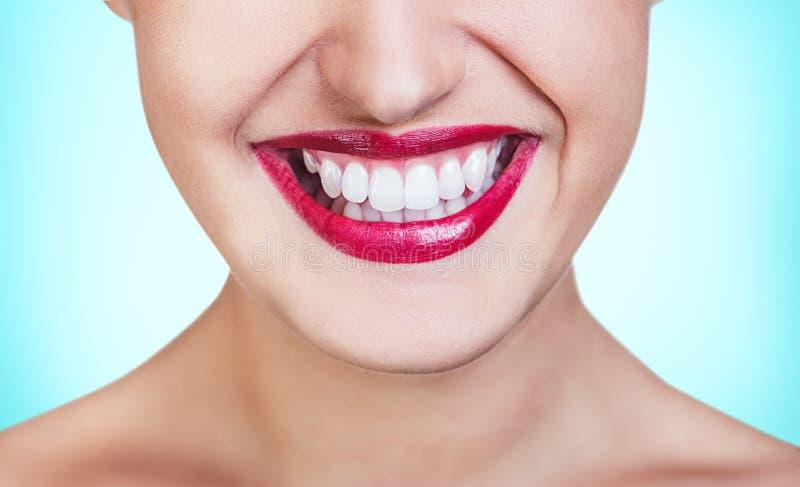 Sourire lumineux avec les dents saines photographie stock libre de droits