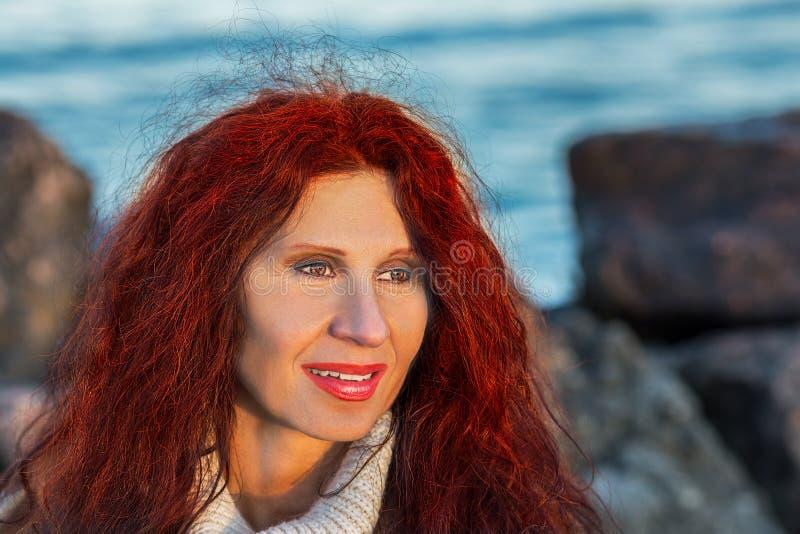 Sourire ménopausique de femme images stock