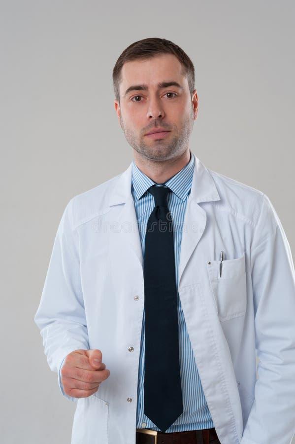 Sourire mûr d'homme de docteur photos stock